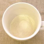 粉末乳酸菌をカップに入れる